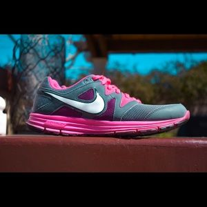 PINK AND GREY WOMANS NIKES-SIZE 10
